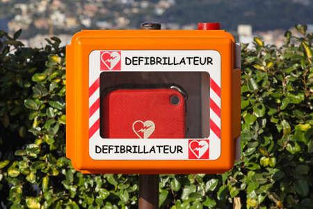 Automated external defibrillator for emegency cardiac treatment
