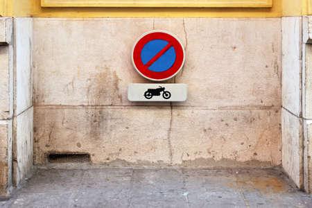 no parking: No parking for motorcycles traffic sign at wall Stock Photo