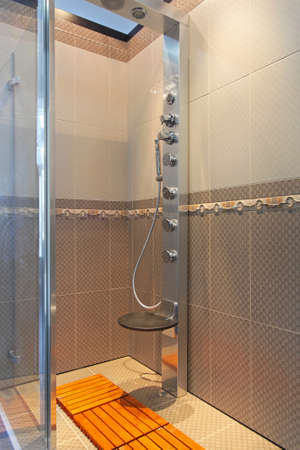 cabine de douche: Cabine de douche moderne avec des buses hydromassantes