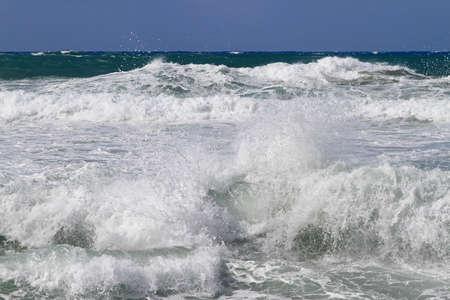 wzburzone morze: Piana morska i duże fale na wzburzonym morzu