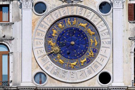 reloj de sol: Zodiac reloj en la plaza San Marco en Venecia