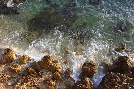 mare agitato: Mare Adriatico e grezzo costa con rocce