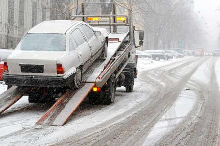in trouble: Romper autom�viles abajo y remolque en la calle nieve