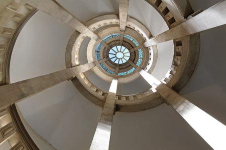 foto de archivo piedra escalera espiral caso en el edificio medieval
