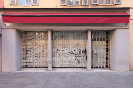 store front: Abandoned and empy shop as recession hits