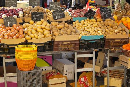 raw potato: Various kind of potatoes at farmers market
