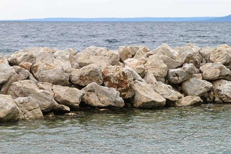 breakwater: Estructura de piedra del rompeolas de defensa de la erosi�n costera
