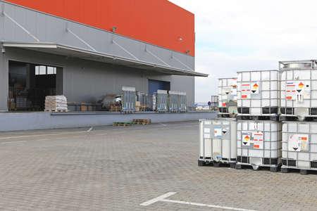 Contenants Bulkibox pour le transport de liquide derrière entrepôt