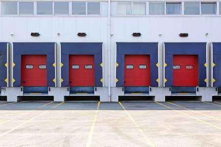 Moderne extérieur de l'entrepôt avec quais de chargement Banque d'images