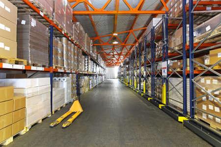 Pasillo largo con sistema de estanterías de almacén de distribución
