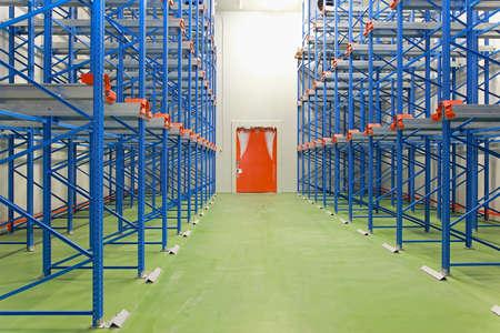 Warehouse Gefrierschranktür in Frost und Eis bedeckt Standard-Bild - 24966370