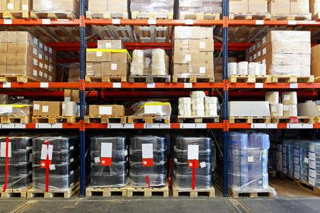 Sistema de estantería móvil con las mercancías en almacén