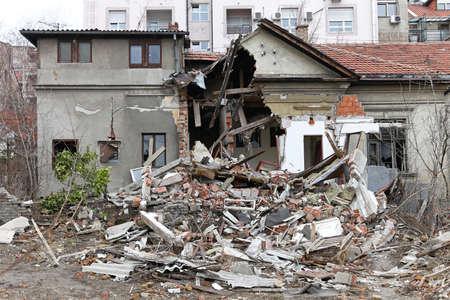 강력한 지진 재해 후 파괴 집
