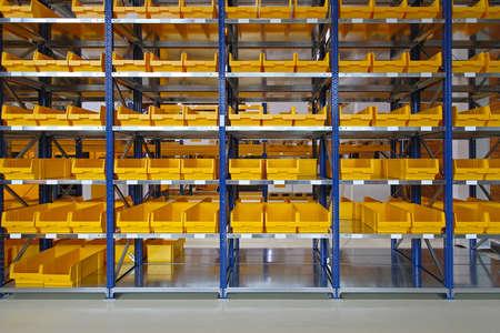Storage bins and trays in distribution warehouse Standard-Bild