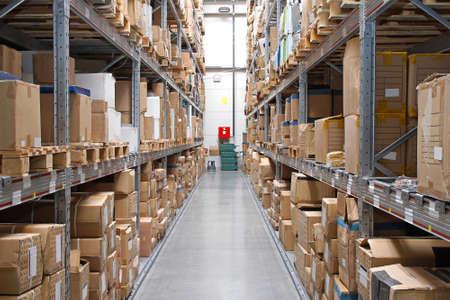 Magazijn rijen met kartonnen dozen en goederen op planken