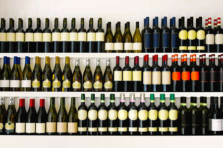 Regale mit großen Weinsammlung Standard-Bild