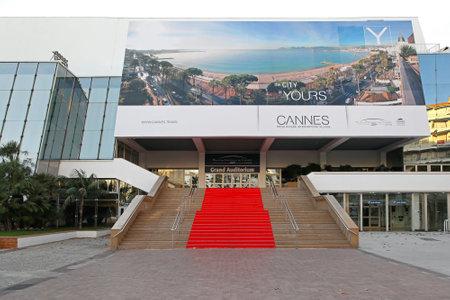 CANNES, FRANKREICH - 20. Januar Grand Auditorium Cannes am 20. Januar 2012 Roter Teppich Treppe am Palais des Festivals et des Congrès in Cannes, Frankreich Standard-Bild - 27852624