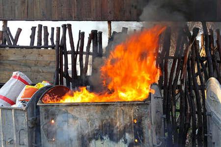 쓰레기에서 무거운 연기와 쓰레기통 화재