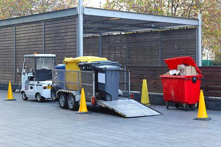 recolector de basura: Los vehículos eléctricos con remolque para la recogida de basura de reciclaje Foto de archivo