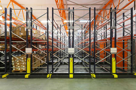 Automated storage shelving system in distribution center