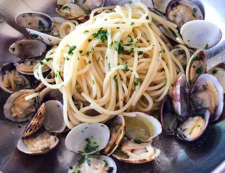Spaghetti alle vongole clams Italian cuisine Foto de archivo