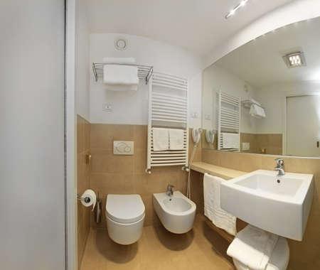 Interieur De Salle De Bains Moderne Avec Un Grand Miroir Et Lampes A