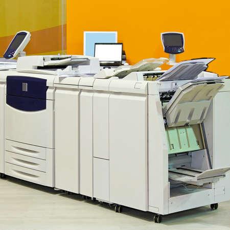 복사 사무실에서 큰 디지털 프린터 기계 스톡 콘텐츠