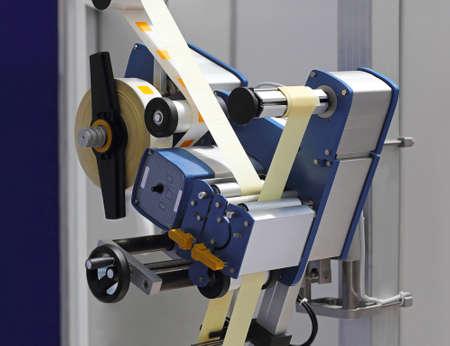 Etikettiermaschine von Rollband in der Fabrik Standard-Bild - 31513156