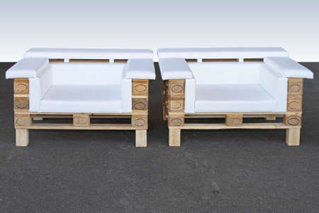 Holzpaletten Upcycled recycelt und in zwei Sesseln umfunktioniert Standard-Bild - 31664020