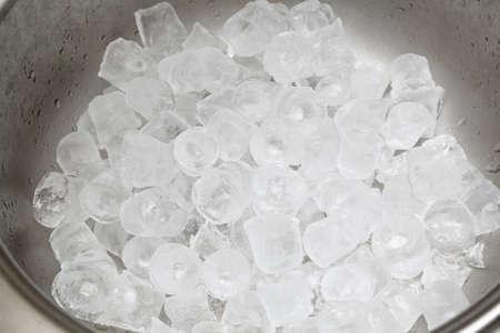 Manojo grande de cubitos de hielo en cubo