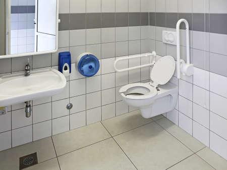 신체 장애인을위한 접근 가능한 화장실 스톡 콘텐츠