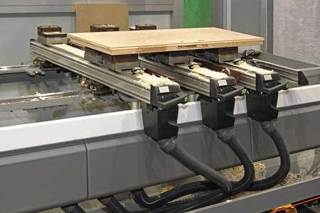 木のワーク ショップでの木工機械を CNC