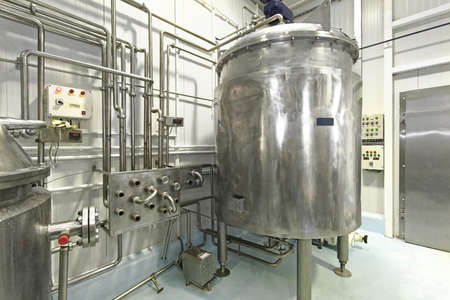 Milk Pasteurization Tank and Pipes in Dairy Factory Stockfoto