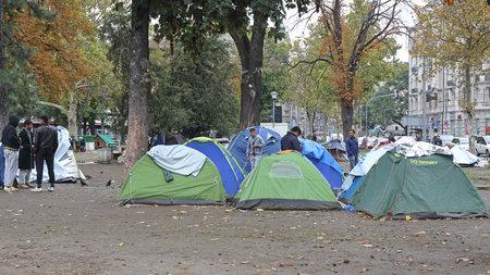 BELGRADO, SERBIA - 30 de septiembre de 2015: tiendas de campaña con refugiados sirios y migrantes en el parque de Belgrado, Serbia.