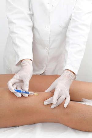 Vrouw die Been behandeling bij Beauty Clinic Stockfoto