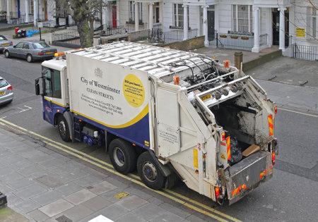 LONDYN, ZJEDNOCZONE KRÓLESTWO - 09 kwietnia: Big śmieciarka w Londynie w dniu 09 kwietnia 2010 r. Recyklingu śmieciarki na ulicy w Westminster w Londynie, Wielka Brytania.