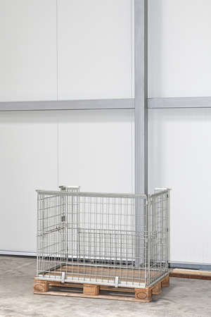 Wire Mesh Pallet Box in Pakhuis Stockfoto
