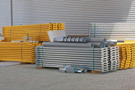 Bouwmateriaal voor planken en rekken in distributie magazijn