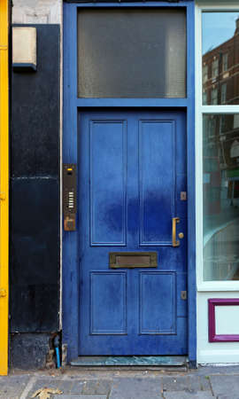 使われている青い扉の家の入口
