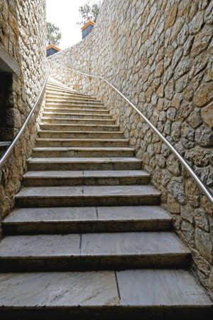 Trap met leuning op stenen muur
