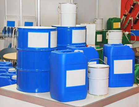 Bleu des chaînes et des barils pour les substances chimiques et des matériaux Banque d'images - 86372330
