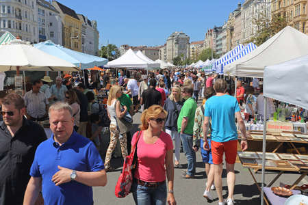 VIENNA, AUSTRIA - JULY 11, 2015: People Shopping at Naschmarkt Saturday Flea Market in Vienna, Austria. Редакционное