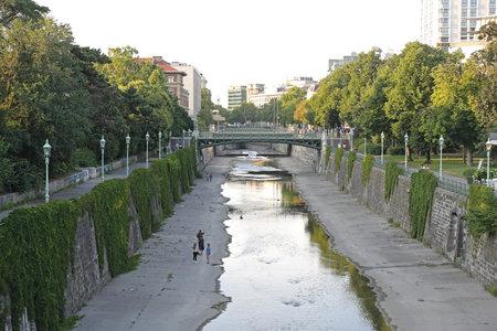 VIENNA, AUSTRIA - JULY 11, 2015: People Walking along Wien River at Stadtpark in Vienna, Austria. Redactioneel