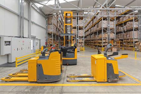 Transpallet elettrici e carrelli elevatori nel magazzino di distribuzione