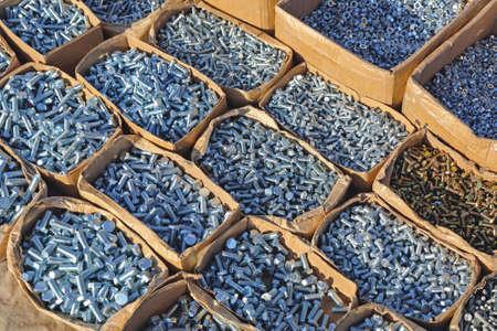 Dozen met bouten en moeren in ijzerhandel Stockfoto