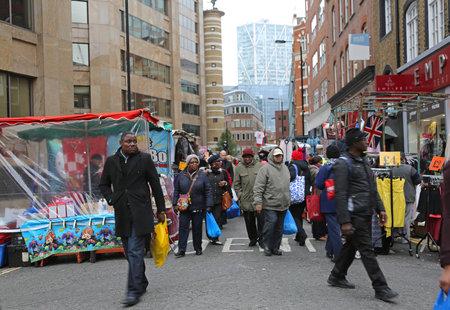 London, United Kingdom - November 24, 2013: People Shopping at Petticoat Lane Market With Clothing Stalls at Sunday in London, UK. 新聞圖片