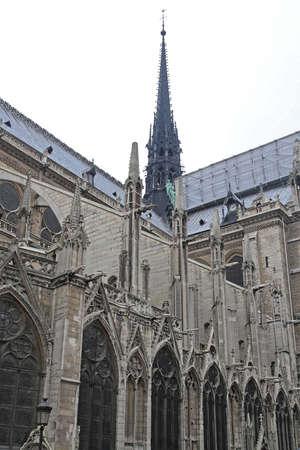 Guglia e impalcature di costruzione in cima alla cattedrale di Notre Dame a Parigi France