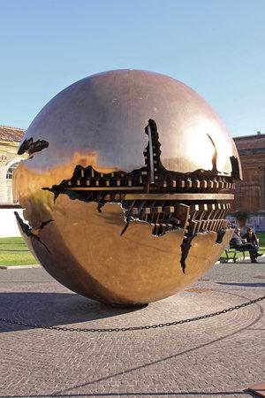 Vatican - October 26, 2009: Sphere Within Sphere Brass Globe Sculpture in Vatican City. 版權商用圖片 - 124659698