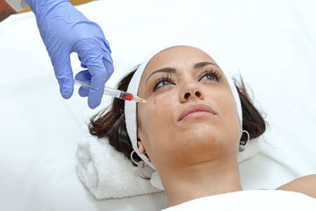 Woman Having Cheek Injection Treatment at Beauty Clinic Фото со стока - 129827107
