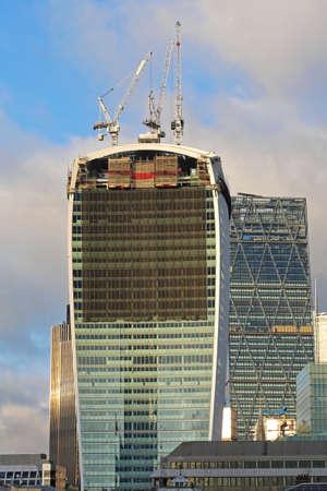 Gru in cima al grattacielo durante la costruzione a Londra Archivio Fotografico